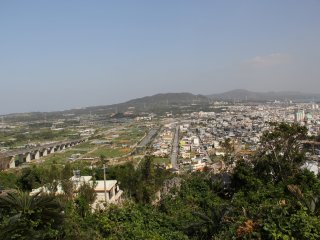 Điểm hẹp nhất ở Okinawa là ở đây; quận Ishikawa của Thành phố Uruma và Vịnh Kinbu nằm bên phải trong khi Làng Onna nằm bên trái