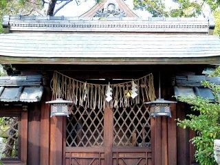Há vários santuários pequenos espalhados pela área do jardim