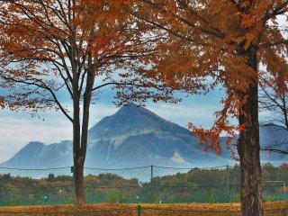 Le Mont Buko entourré par le feuillage d'automne