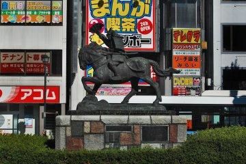 A statue of Naomi Kumagai in front of Kumagaya station