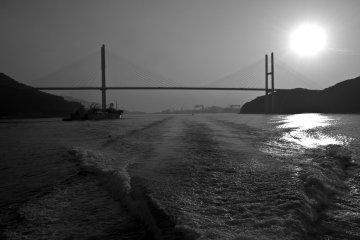 По пути к острову мы проплывали мимо впечатляющего моста Мэгами Охаси