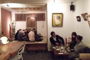 Bersosialisasi di bar sake