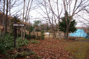 The outdoor area that has bird protection facilities, an ainu hut, a deer garden and an observation pond.