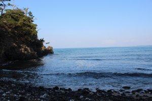 三国・崎地区。水族館横の神社の駐車場から降りて行くとこの美しい海岸におりられる