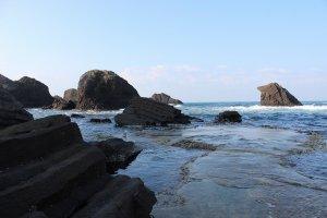 海面に転がる奇岩が美しい