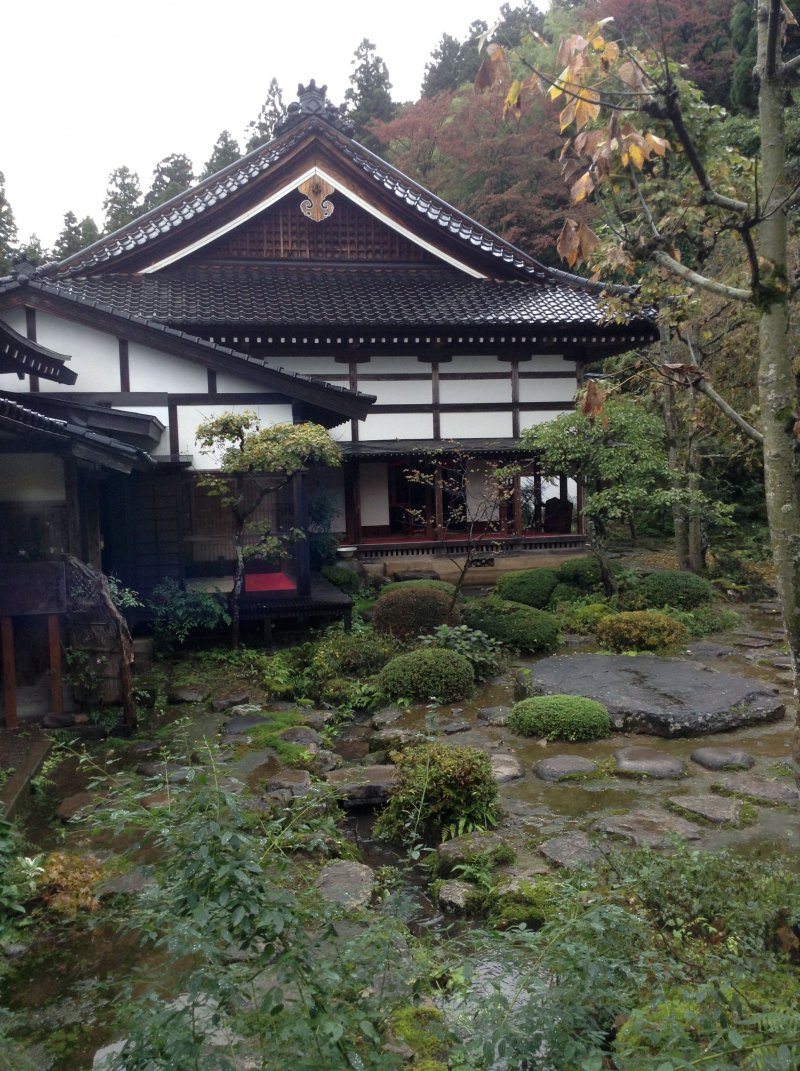<p>The temple&#39;s architecture blends harmoniously with the garden.</p>
