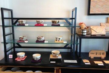 <p>Beautiful tea bowls on display at the gallery at Fukujuen&nbsp;Kyoto Shijo Street</p>