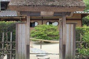 この門は普段は使わない。観光客はこの左側の入り口から入る