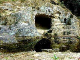 Cavernas para prática Zen, e um lago