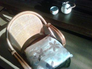นั่งพักจิบน้ำชาบนเก้าอี้หวายตัวโปรดของผม