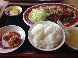 Hầu hết các set bao gồm cơm trắng, bắp cải, súp và gà chiên kiểu Nhật