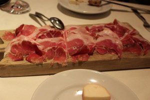 イタリア産生ハムはこのようなまな板に乗せられてサーブされた。野趣である