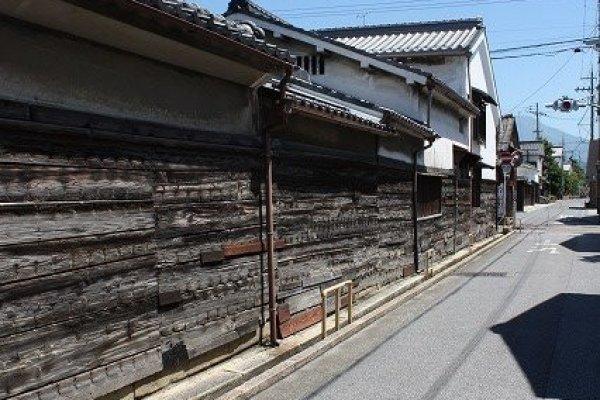 船塀通りと呼ばれる。豪商の屋敷を取り囲む重厚な板塀である