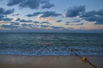 <p>เดินบนชายหาดสีขาวธรรมชาติยาว 800 เมตรในยามเช้า</p>