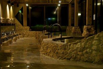 <p>บ่ออาบน้ำสาธารณะขนาดใหญ่ที่มีวิวทะเล เป็นสถานที่เหมาะสมาำหรับพักผ่อนหย่อนกายและใจ</p>