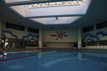 <p>สระว่ายน้ำในร่มเปิดให้บริการทั้งปี</p>
