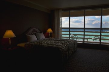 <p>เตียงของผม ระเบียง และทะเลสีครามตรงหน้าผม</p>