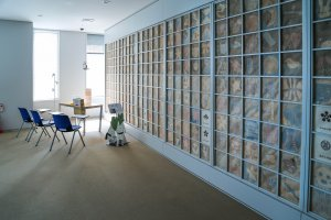 Lightly blue wall iswell thought out with Japanesepaper and a children's design.