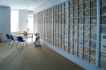 <p>Lightly blue wall is&nbsp;well thought out with Japanese&nbsp;paper and a children&#39;s design.</p>