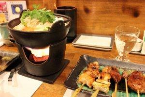 鳥肉のすべてを究めた、というだけあって、焼き鳥の美味しさは格別でした。小鍋も美味しい
