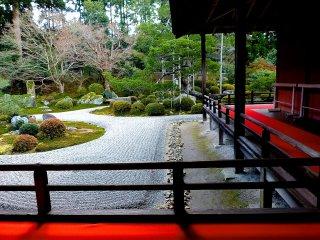 Hành lang bên ngoài xung quanh vườn