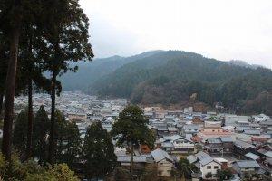 和紙産業が綿々と受け継がれる今立・岡太地区。越前瓦が銀色に眩しく輝いている