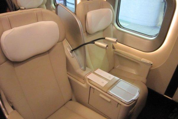 グランクラスの電動リクライニングシート。BMWの革張りシートに似ている