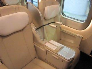 グランクラスの総革張り電動リクライニングシート