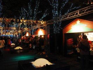 Chợ Giáng Sinh bán các loại hàng hóa cho ngày Giáng Sinh, đồ ăn vặt và thức uống mùa đông