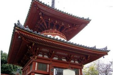 <p>大红圆形塔身在日本文化中极其少见</p>