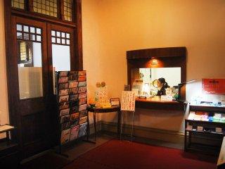Kantor informasi dengan menyediakan brosur berbahasa Inggris secara gratis