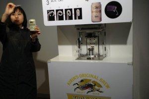 ไกด์กำลังอธิบายและสาธิตวิธีการทำกระป๋องเบียร์