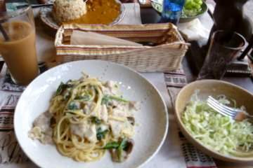 <p>The menu on the day we visited featured a delicious spinach pasta,&nbsp;&#39;curry rice&#39;, and a rolled cabbage and kabocha (pumpkin) dish.</p>