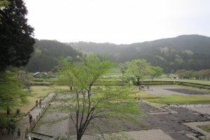 朝倉氏居館跡の上部庭園から居館跡を眺める。のどかな田園風景だ