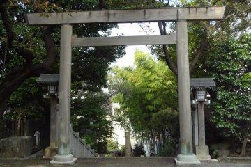 如果你平常去伊勢山皇大神宮的话,也许那里不会有人穿着和服在走。但是你依然可以感受到一份平静,纯洁和清爽因为那里是日本神灵的所在地。