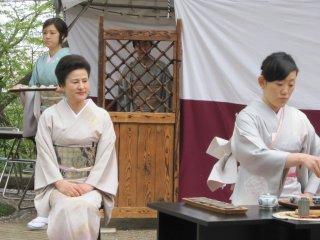 Под непрестанным взором мастера ученик готовит чай с очень серьезным лицом