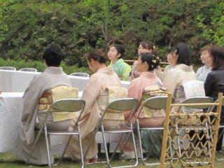 Некоторые дети также одеты в свои праздничные наряды (кимоно)