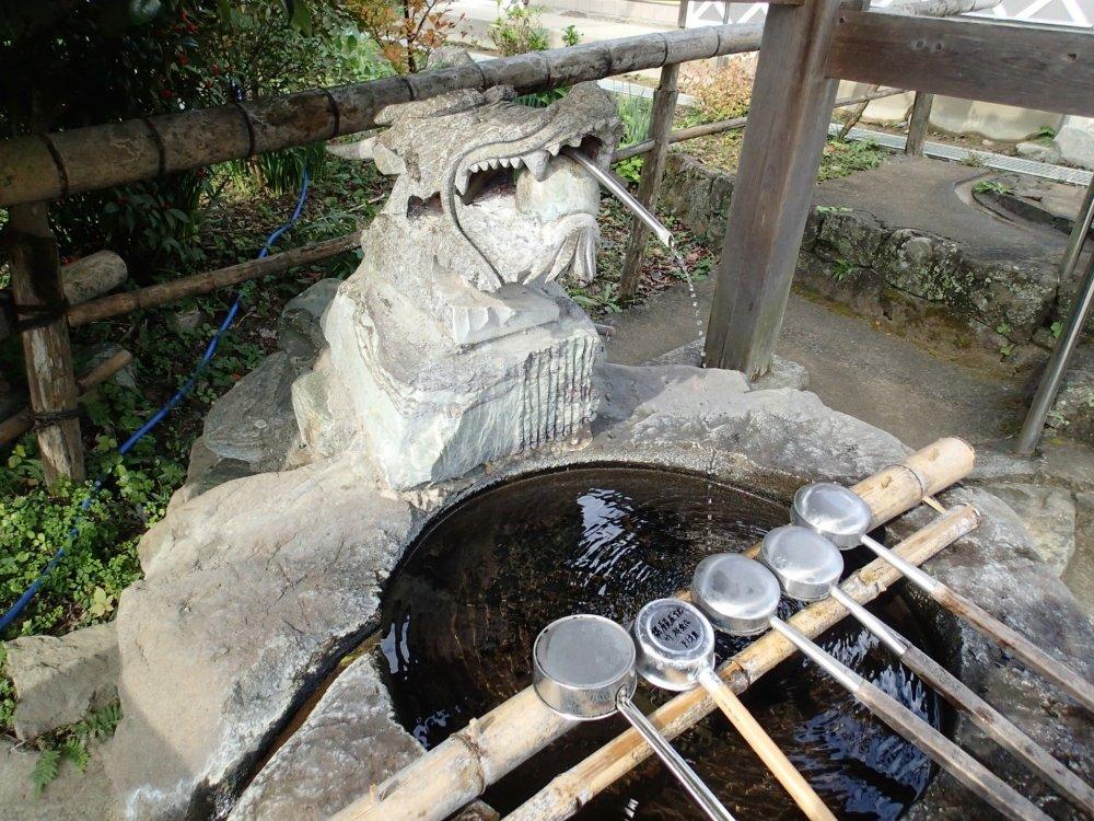 อ่างน้ำสำหรับทำความสะอาดก่อนเข้าวัด
