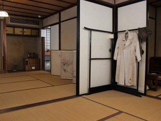 2층에 있는 방. 겐쿠로 착용한 백의가 여기에 걸려 있다
