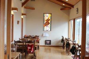 高台から三国の海が見渡せるビューカフェ。本物のステンドグラスが美しい