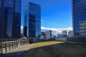 KITTE Garden with green lawns on the top floor of KITTE Marunouchi