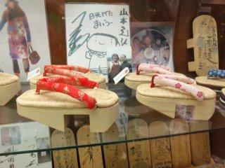 Dalam terlihat beberapa kerajinan kayu tradisional yang digunakan untuk sepatu dan pakaian