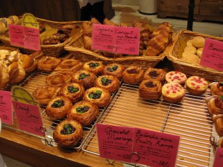 Berbagai pastri penuh buah-buahan yang cantik
