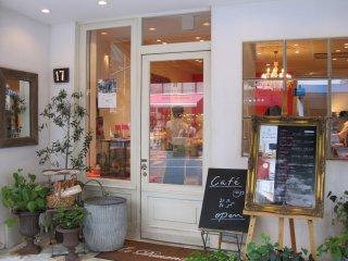 Bagian depan toko Le Dimanche