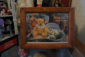 입구에 있는 미국 테디 베어 박물관의 액자