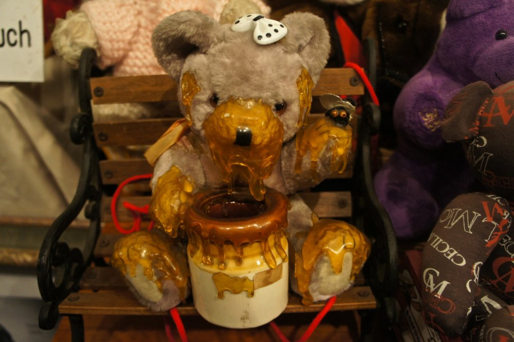 The American Teddy Bear Museum in Kobe is a 2-floor house with the 2nd floor being stuffed withtoys contributed by many artists and toy makers.