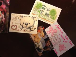 Kỷ niệm từ Bảo tàng Gấu Teddy Mỹ: một tấm ghi chú cảm ơn và một bưu thiếp mà chúng tôi đã mua