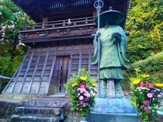 รูปปั้นของท่านโคะโบะ ไดชิ