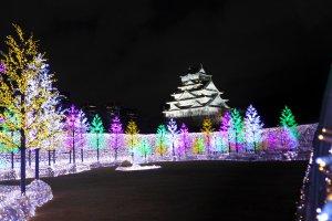 ปราสาทโอซาก้ายามค่ำคืนที่สวยงาม