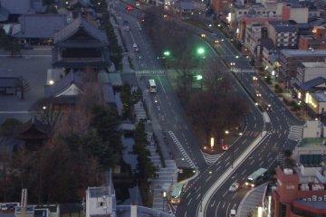 이 전망탑은 여러 개의 쌍안경을 설치했는데, 이곳에서 도시의 많은 관광명소들을 볼 수 있다. 나는 특히 료젠 칸논에서 거대 부처가 선명하게 보이는 것을 보고 놀랐다